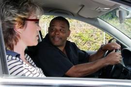 Door middel van goed kijken, anticipeer je vooruit op het verkeer wat zo belangrijk is bij autorijden.©foto ARts - Fotolia