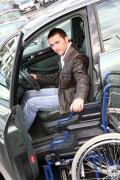 Verschillende rijscholen hebben zich gespecialiseerd in rijlessen met lichamelijk gehandicapte leerlingen.©goodluz - Fotolia