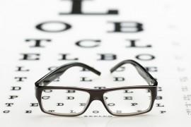 Een bril kan helpen om uw zicht te verbeteren tijdens het autorijden.© Ruben Enger - Fotolia