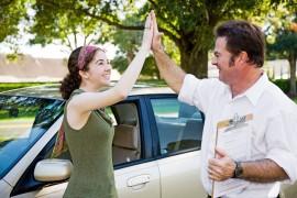 Een rij instructeur dient goed les te kunnen geven, zodat zijn leerlingen met goed gevolg hun rijbewijs kunnen halen.©Lisa F. Young - Fotolia