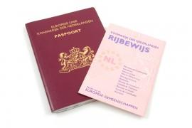 Is je rijbewijs verlopen dan kun je met een geldig identiteitsbewijs en twee pasfoto's een nieuw rijbewijs aanvragen.© Sandra van der Steen - Fotolia