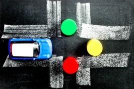 Als je je de verkeerssituatie voorstelt kun je in gedachten bepalen wat je volgende handeling is. Op die manier onthoudt je de verkeersregels beter.© Primabild - Fotolia